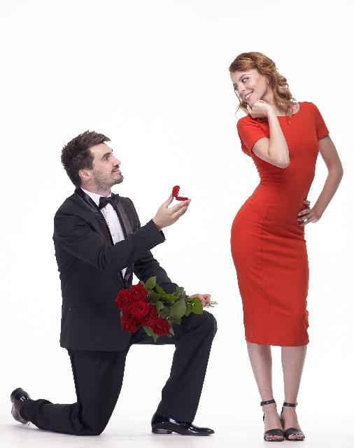 プロポーズをする男性