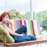 ベンチで横になる女性