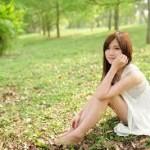 自然の中で笑顔を浮かべる女性