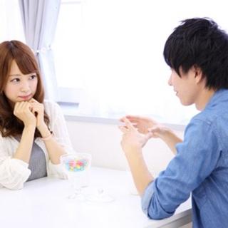 男性と話す女性