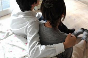 肩を抱かれる女性