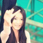 手を掲げる女性
