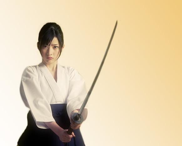 刀を持つ女性