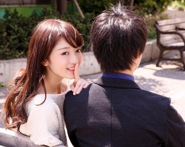 笑顔で口に手を当てる女性