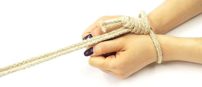 縄でしばられた手