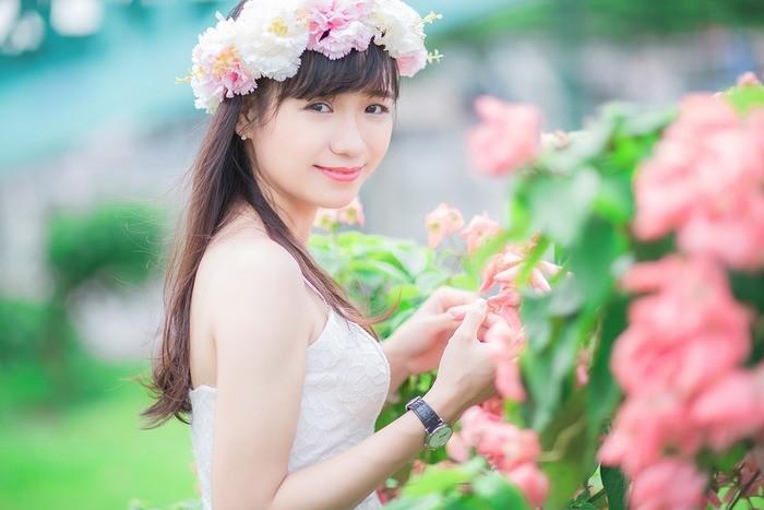 花冠をかぶる女性